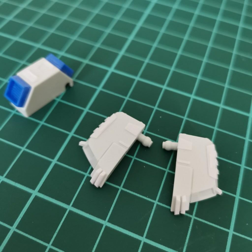 hguc zzガンダムの腰部ユニットのフロントアーマーを分割している画像
