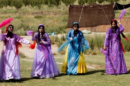 بهشتی از رنگ در لباس رقصان زنان بختیاری