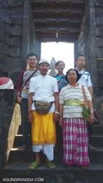 foto keluarga di pura agung jagatnatha buleleng