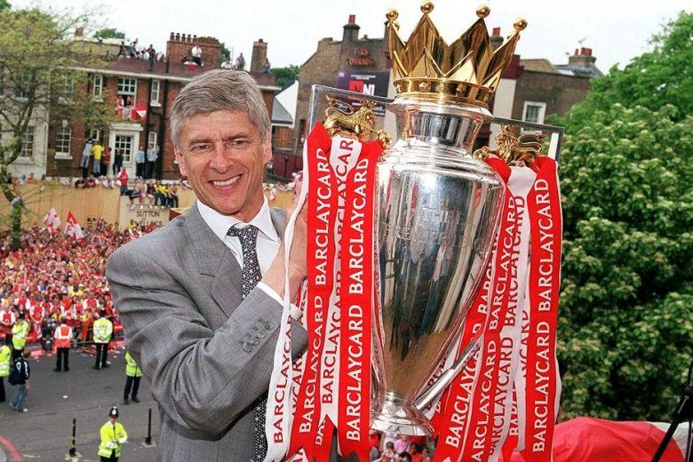 Arsene-Wenger-2004-trophy-street-party