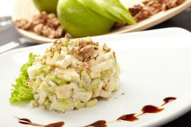 Salierų ir obuolių salotos. Nuotrauka iš http://goo.gl/ilRcsN