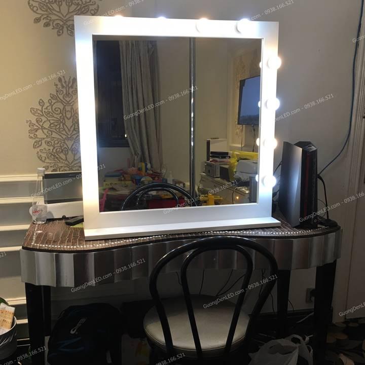 Gương Trang Điểm Đèn LED Để Bàn Trắng Có Chân