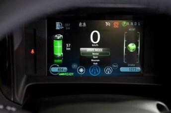 A műszerfali kijelző minden lényeges információt megad vezetés közben. Balra a kis zöld labda mutatja a vezető ügyességét a gazdaságos autózásban Forrás: Opel