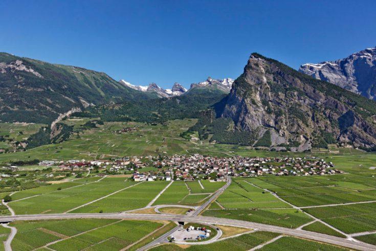 Leytron, village dans les vignes au pied de l'Ardévaz
