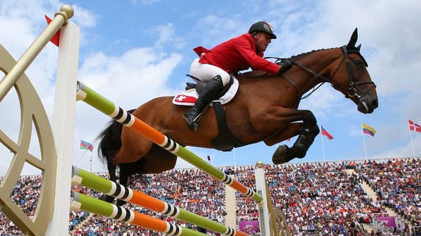Gustavo Mirabal jumping obstacles