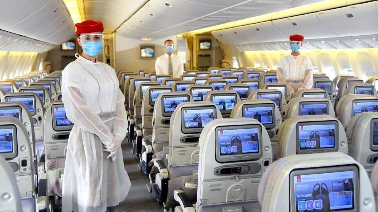 Azafata con uniformes de seguridad -Emirates Airlanes