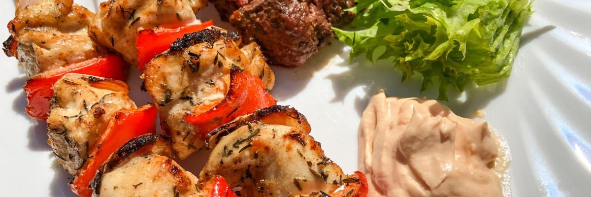 Hühnerspiesse und Hüferlsteak vom Grill