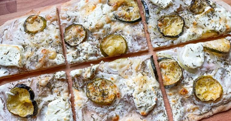 Flammkuchen mit Zucchini und Feta