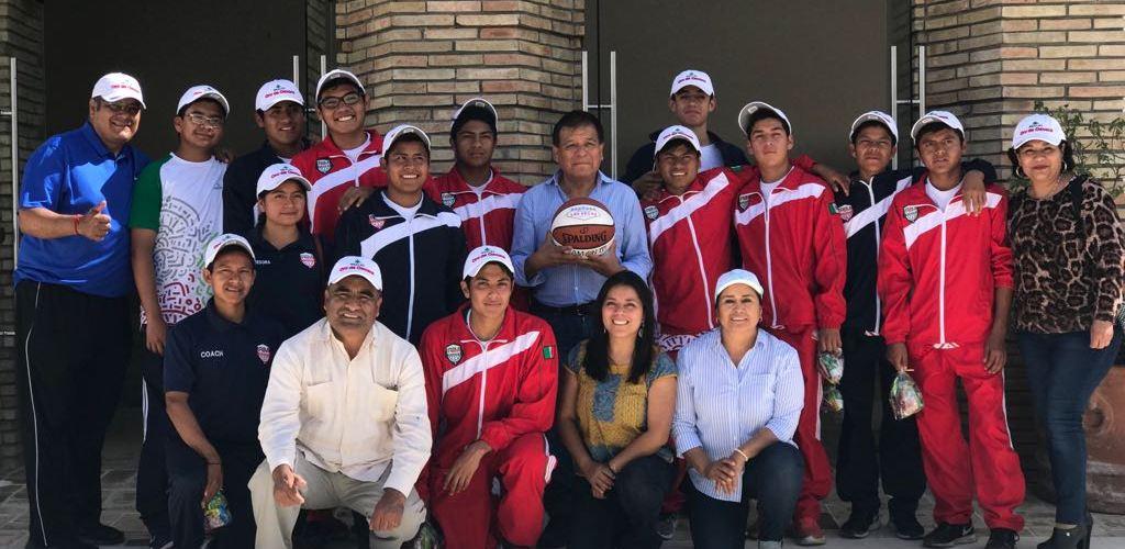 Visitan la fábrica de @mezcalorodeoaxaca, los integrantes de la Academia de Baloncesto Indígena (ABI)
