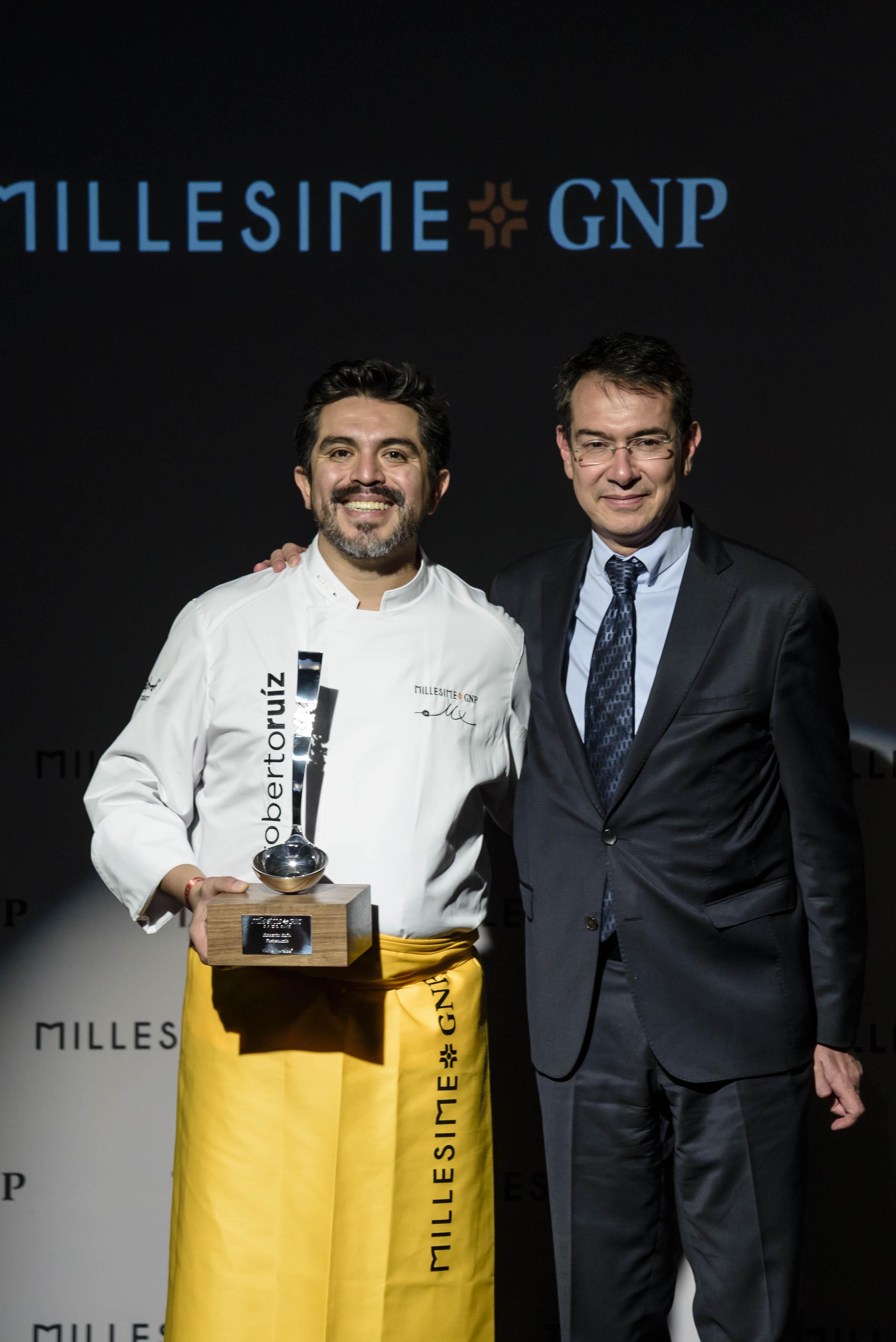 El chef Roberto Ruiz, Premio Vivir es Increíble a la Gastronomía entregado por Erick SEiersen, director general Diageo México