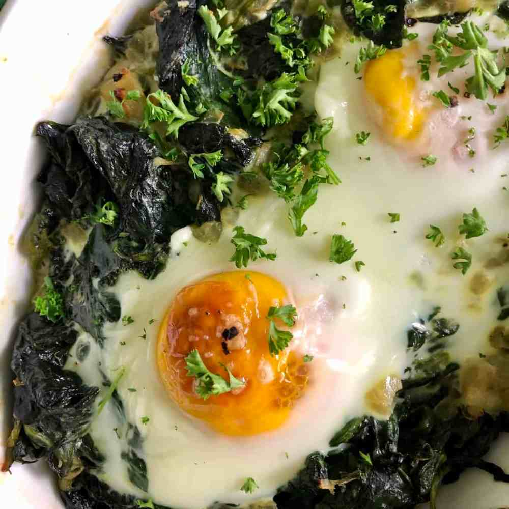 Gebackene Eier mit Spinat.
