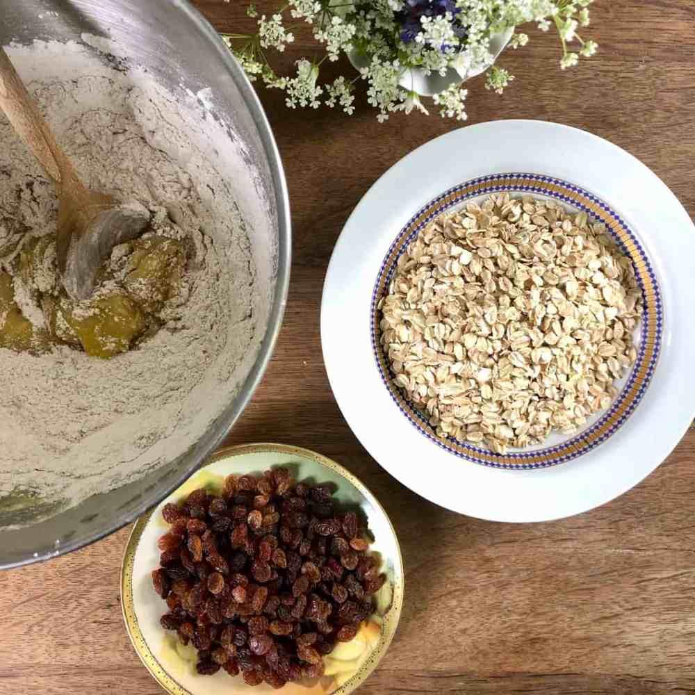 Die Buttermischung mit der Mehlmischung kurz verrühren.