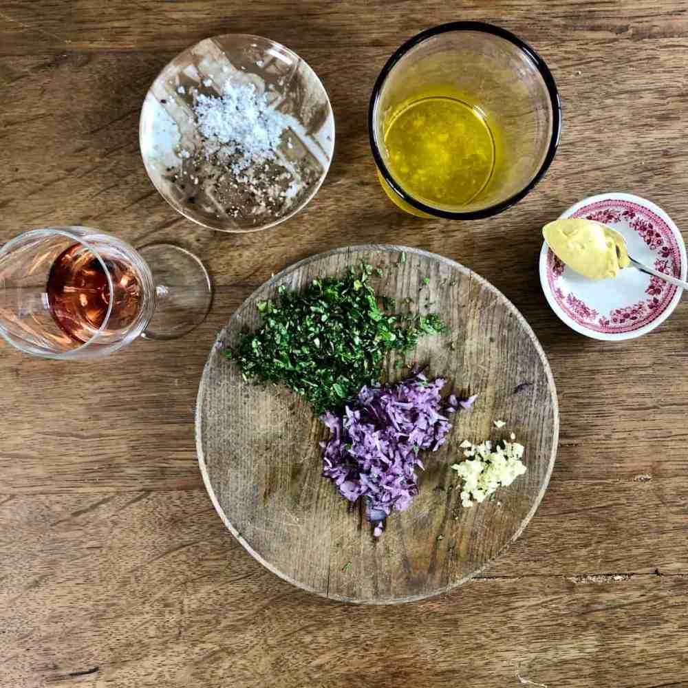 Zutaten für die Salatsauce vorbereiten.