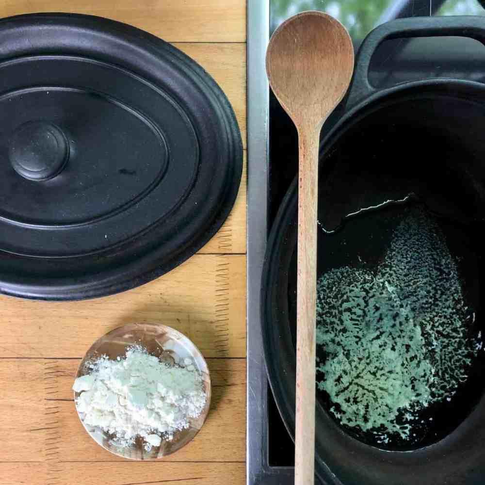 Die Butter in einem Topf bei mittlerer Hitze schmelzen und warten bis sie geklärt ist.
