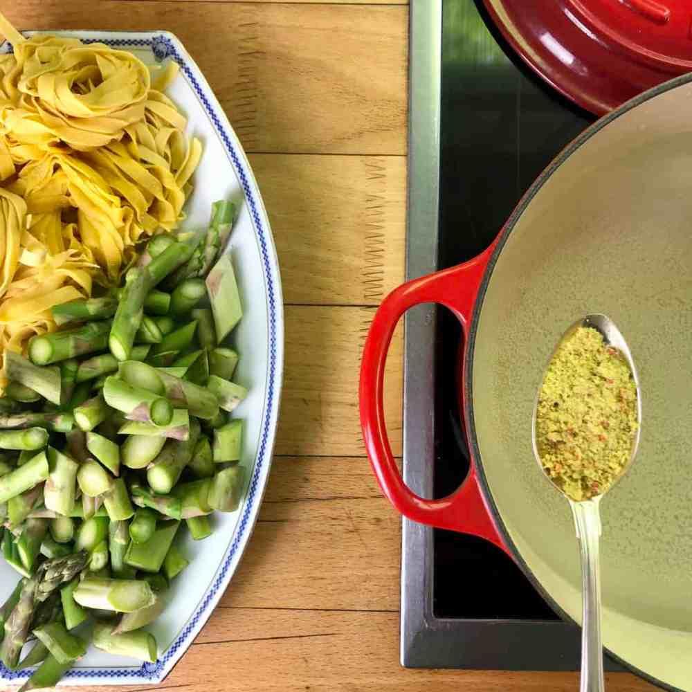 Einen großen Topf Wasser mit dem Gemüsebrühewürfel zum Kochen bringen.