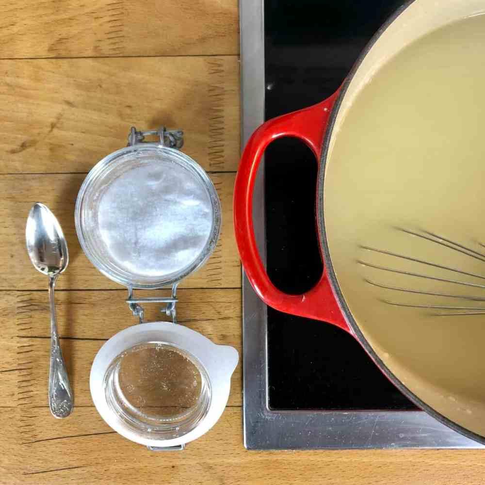 Spargelschalen Suppe mit Salz würzen.