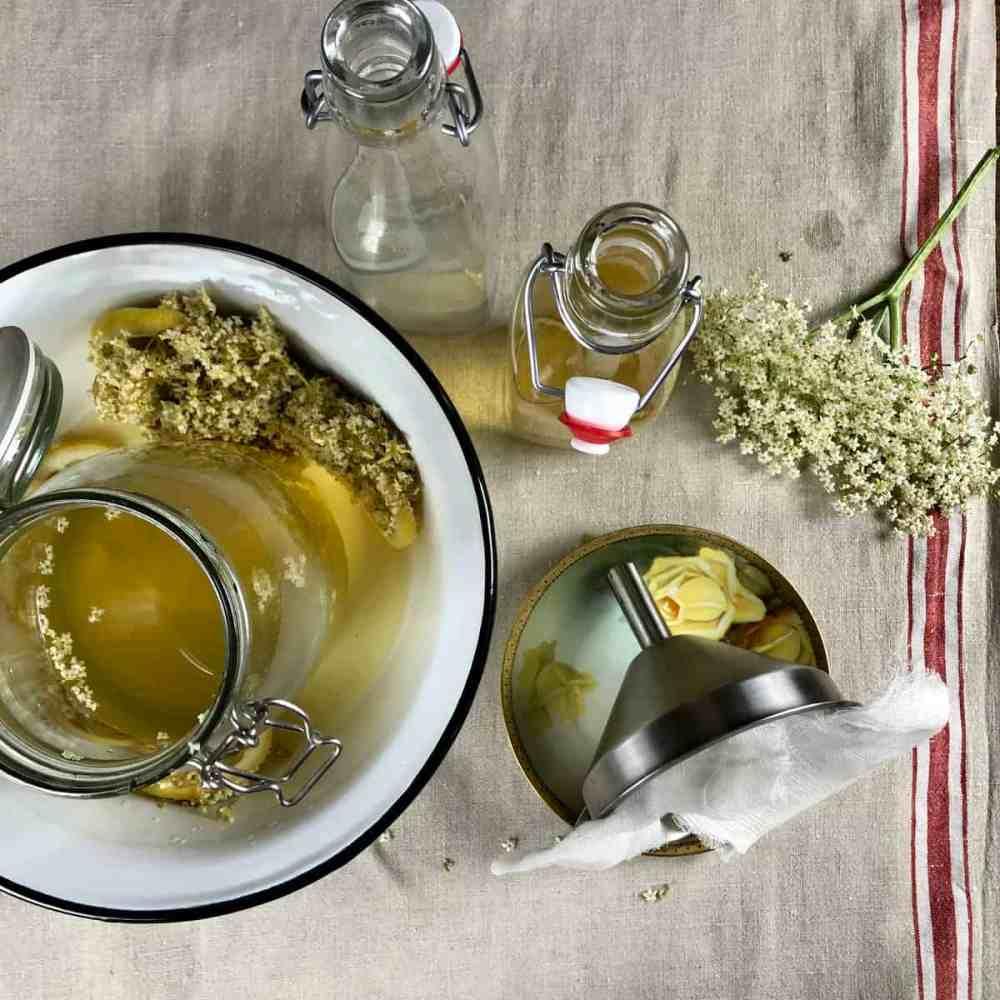 Den gewonnenen Sirup in saubere, verschließbare Flaschen umfüllen.