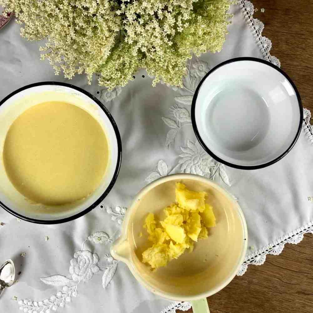 Die Butter in einem kleinen Topf geben.