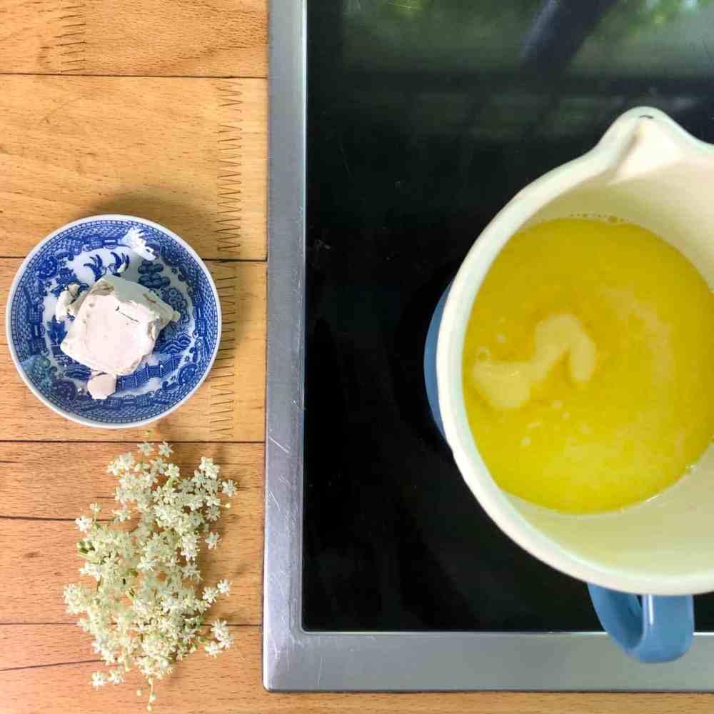 Milch und Butter lauwarm erhitzen.