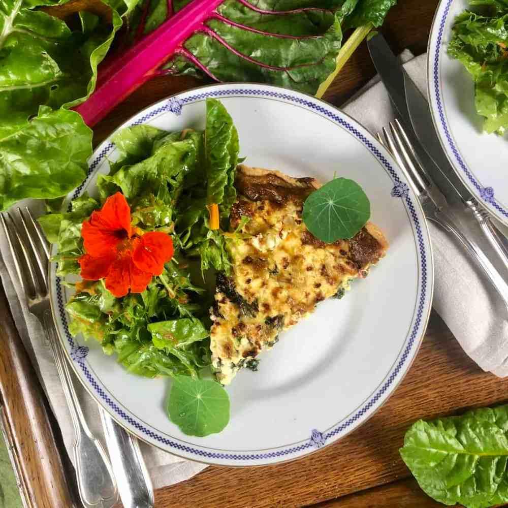 Mangold Quiche mit einem grünen Salat servieren.