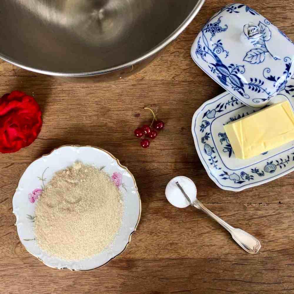 Zucker, Vanillezucker und Butter schaumig rühren.
