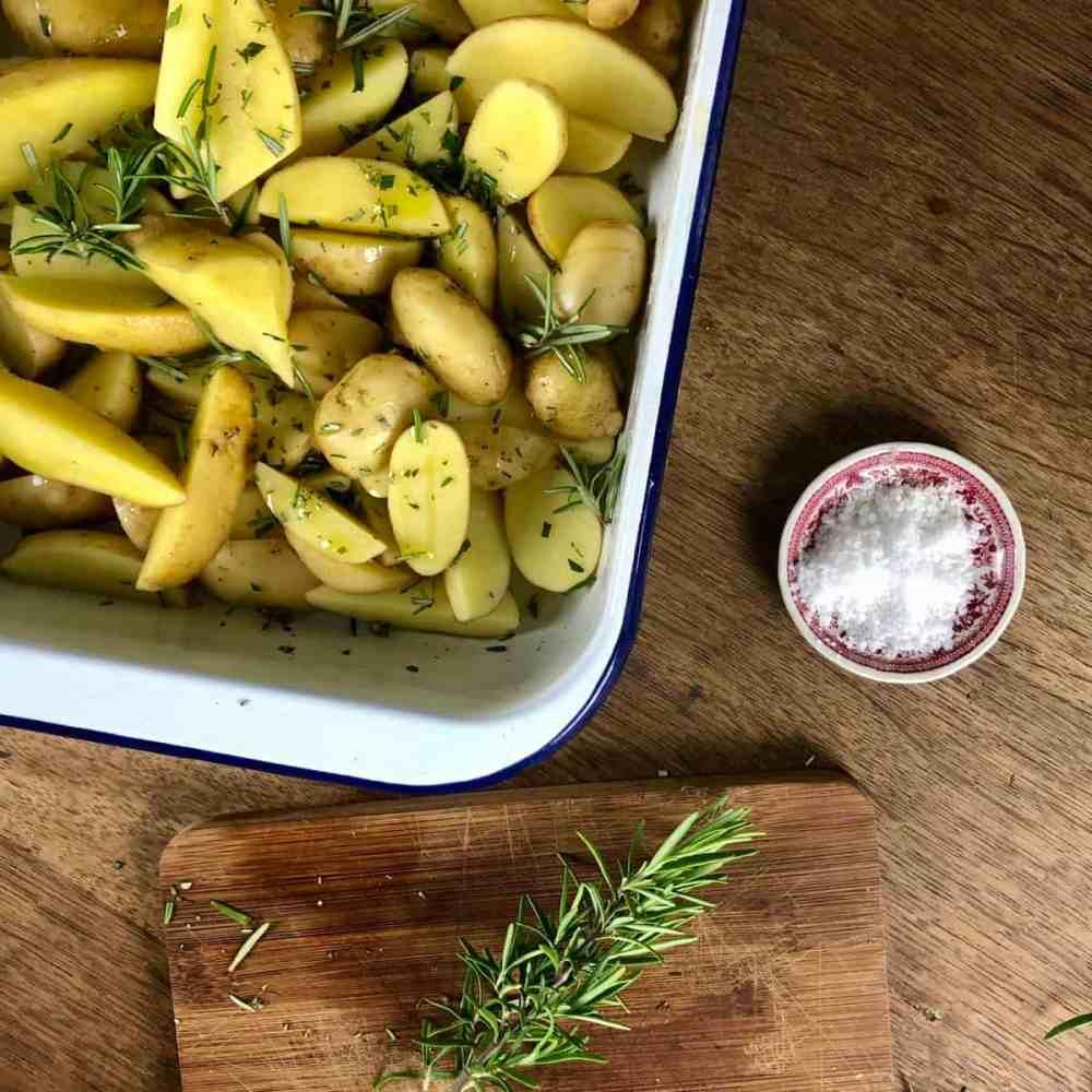 Mische Rosmarin unter den Kartoffeln.