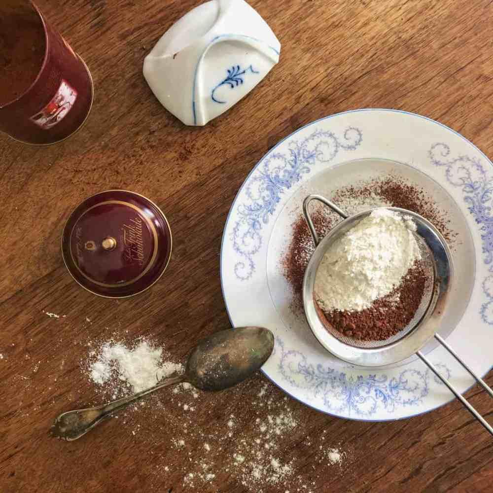 Mehl und Kakaopulver in eine Schüssel sieben.