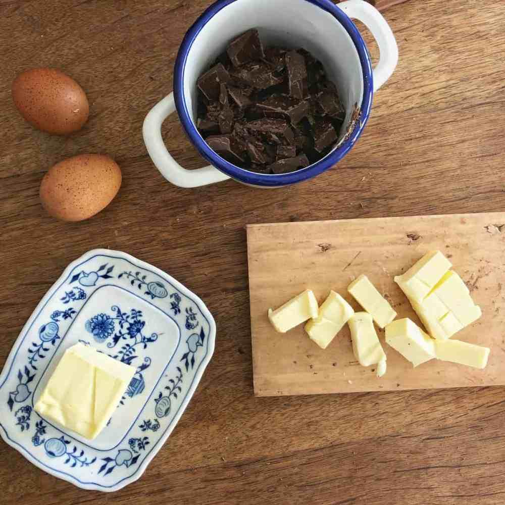 Butter ebenfalls in grobe Stücke schneiden.