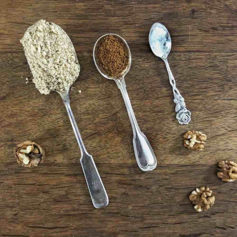 Walnussmehl, Zucker und Salz.