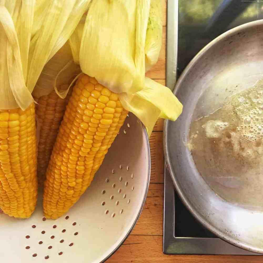 Eine Große Pfanne erhitzen und Butter / Öl darin heiß werden lassen.