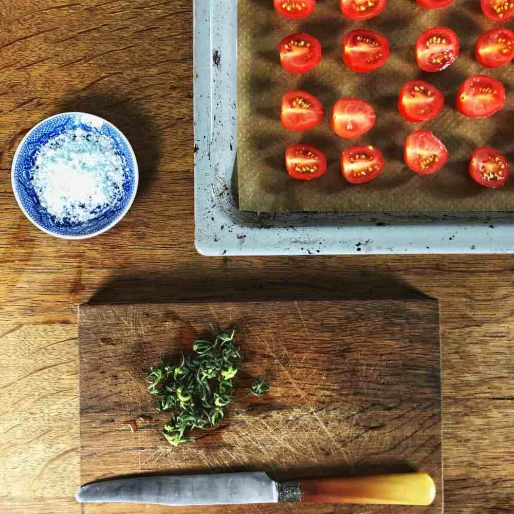 Tomaten salzen.
