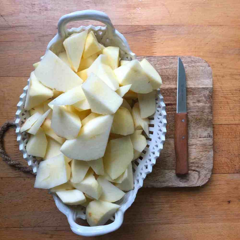 Äpfel in Stücke schneiden.