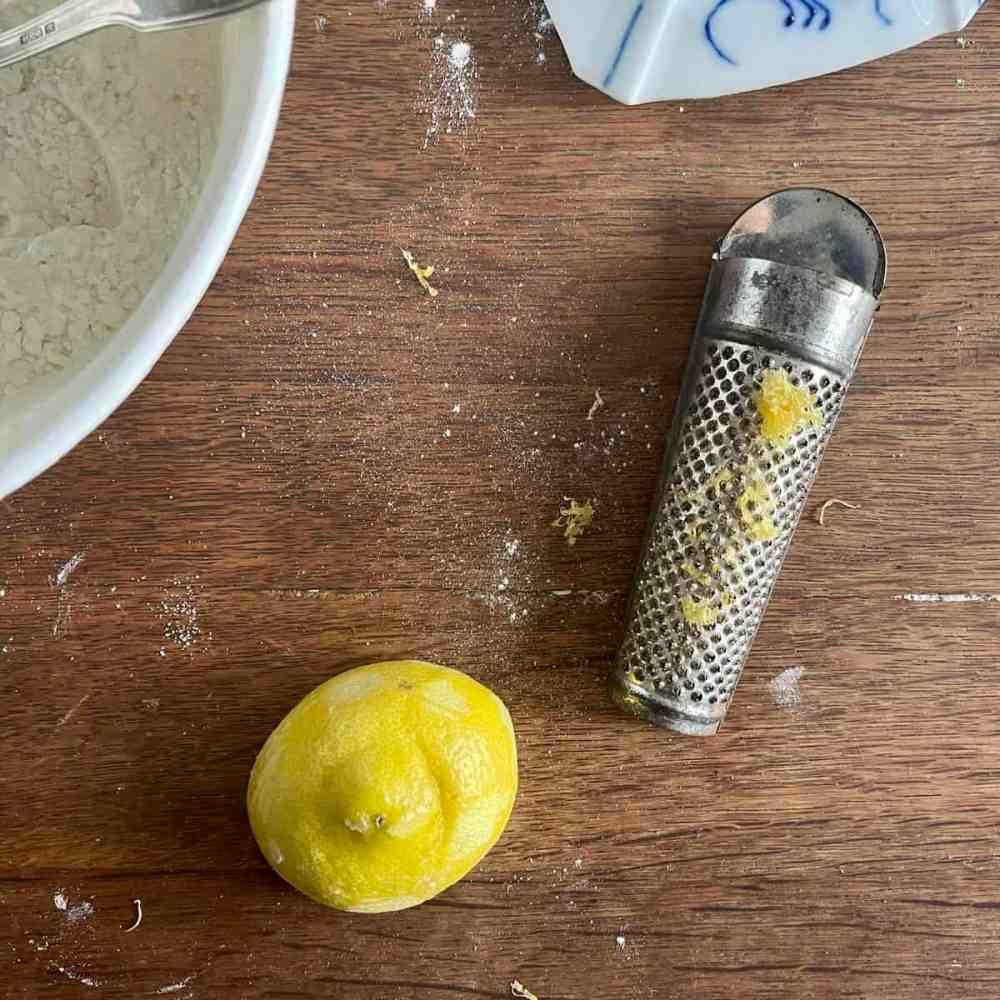 die abgeriebene Schale einer halben Zitrone dazugeben.