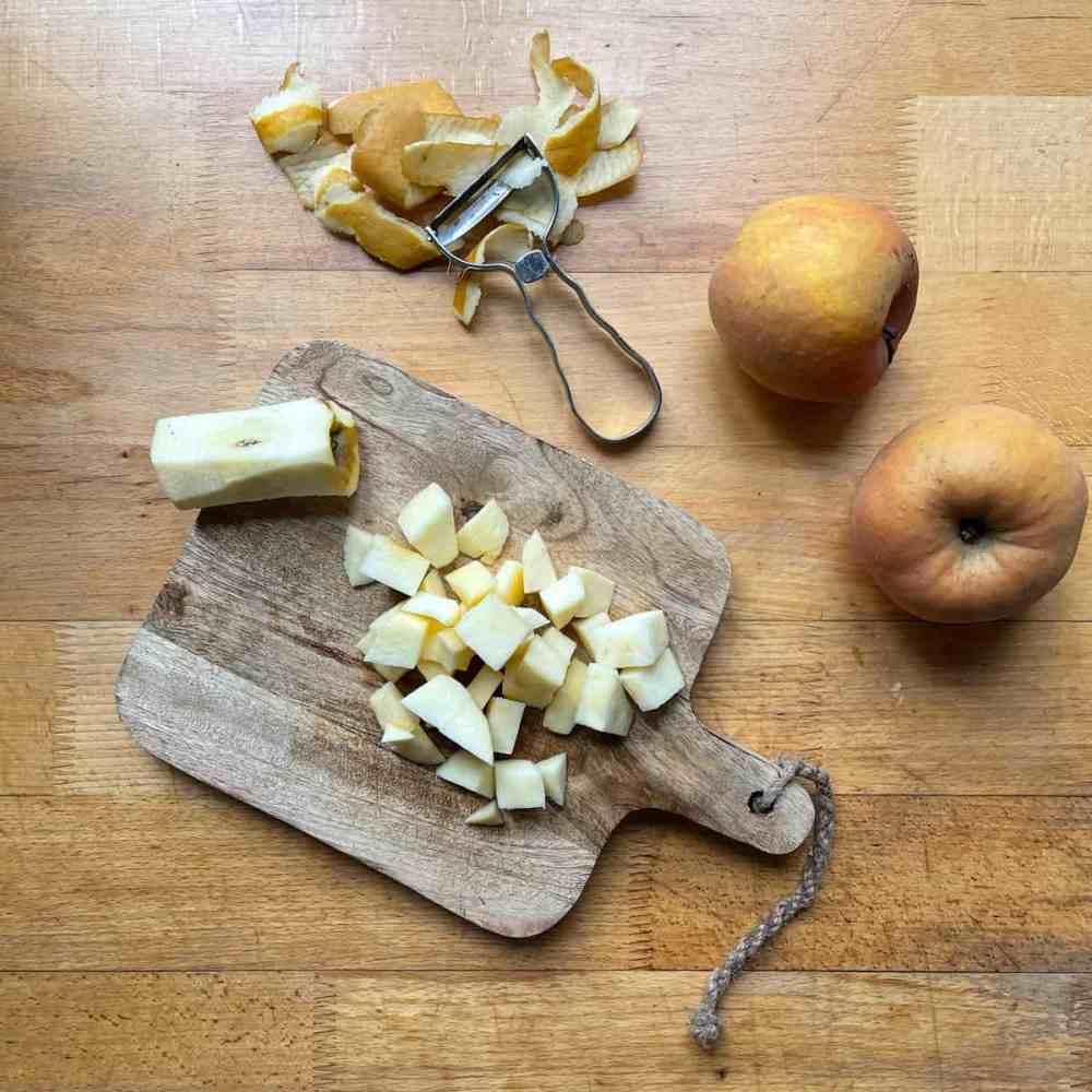 Äpfel in Würfel schneiden.