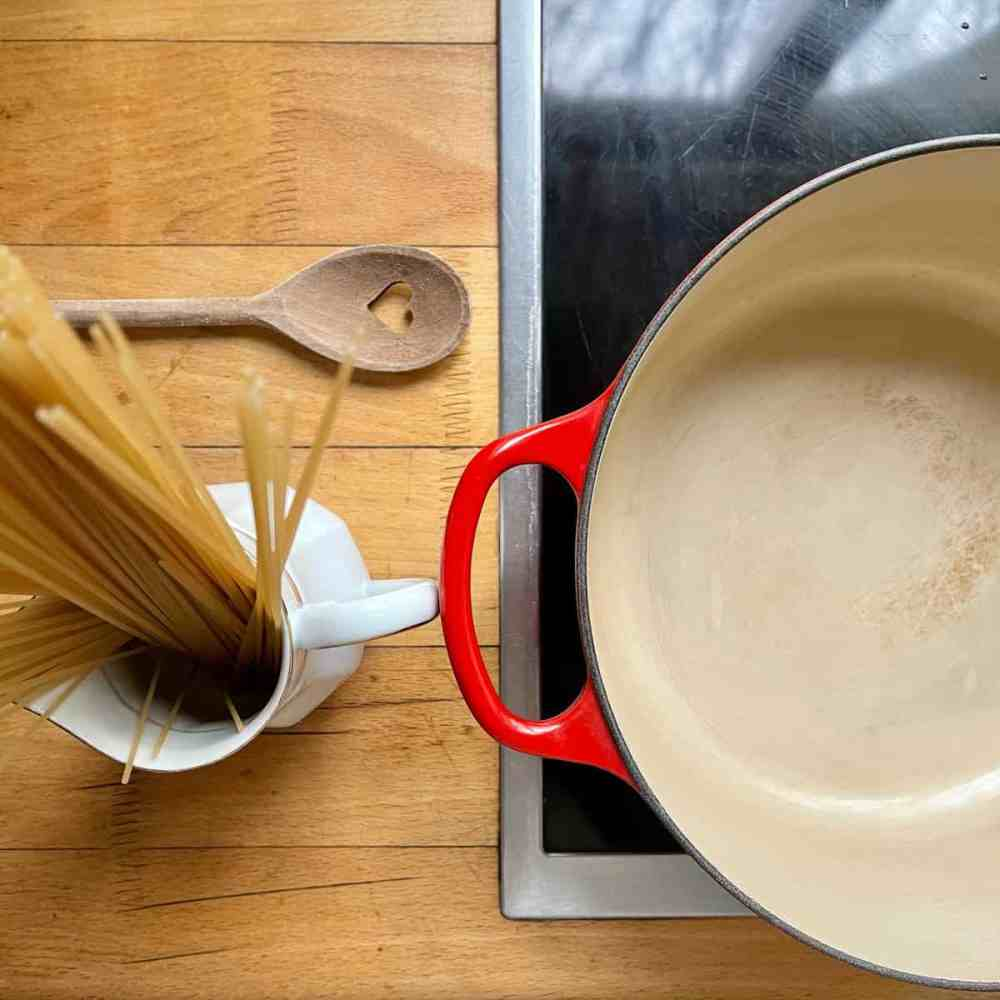 Die Spaghetti in den Topf legen.