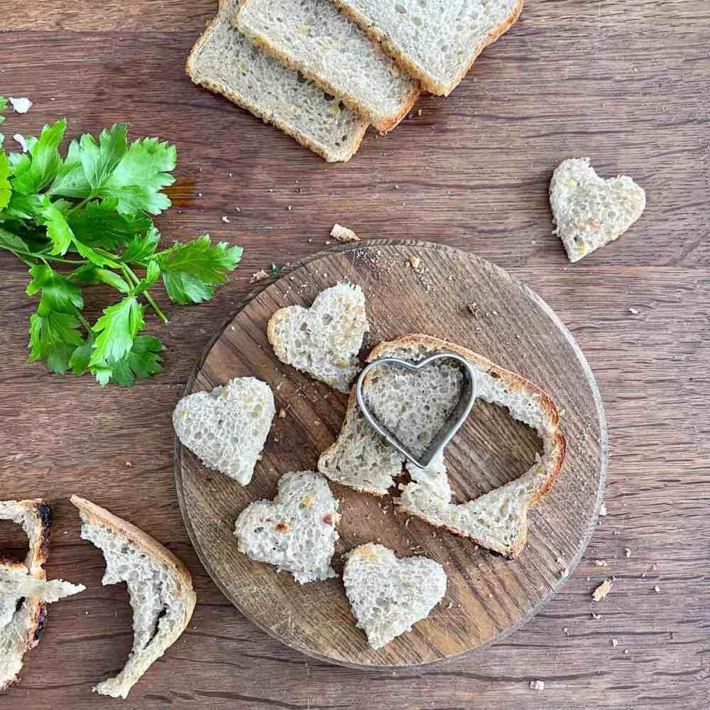 In der Zwischenzeit das Brot in Stückchen schneiden bzw. ausstechen.