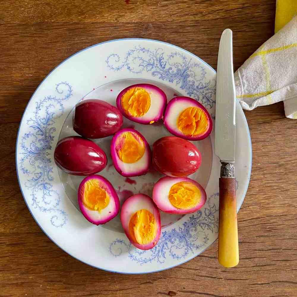 Die Eier aus dem Sud nehmen und aufschneiden