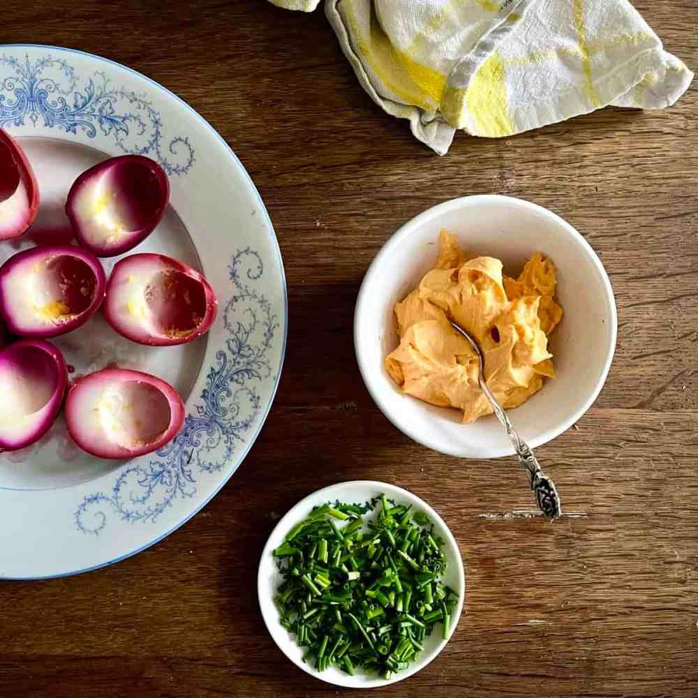 Zum Eigelb Joghurt, Mayonnaise, Cayenne, Salz und Pfeffer geben und vermischen.