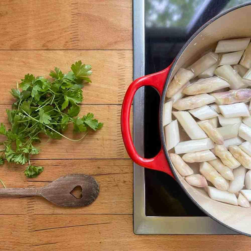Spargel für 12 Minuten kochen lassen.