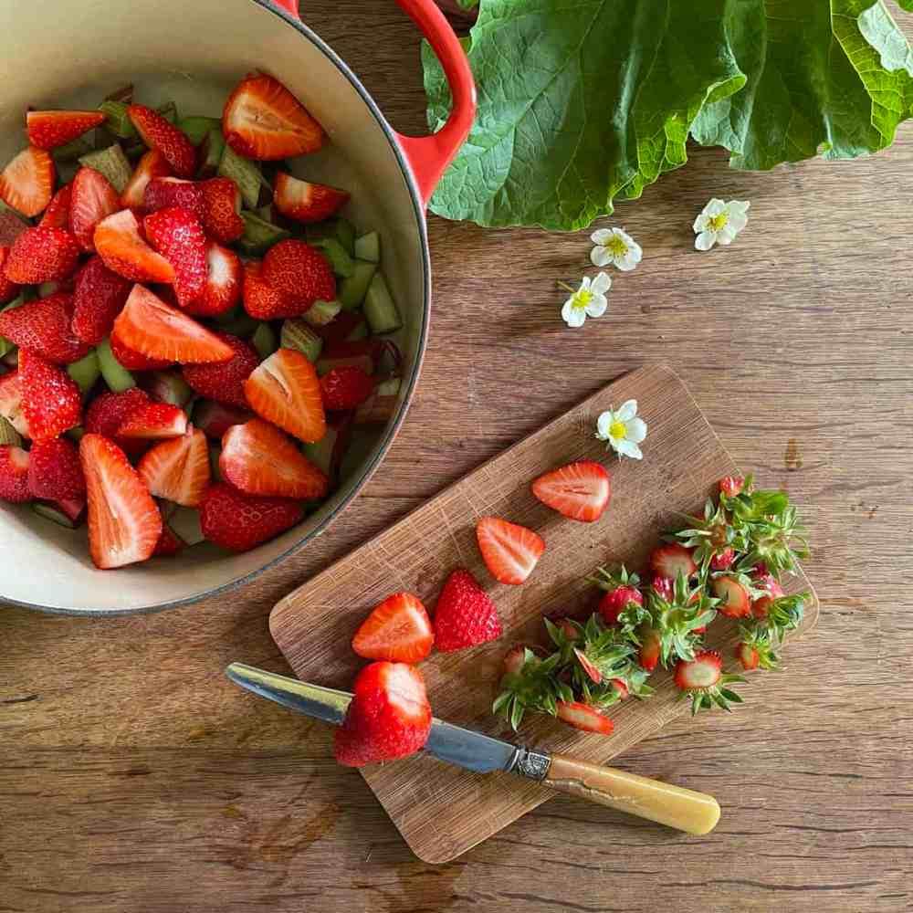 Erdbeeren putzen.