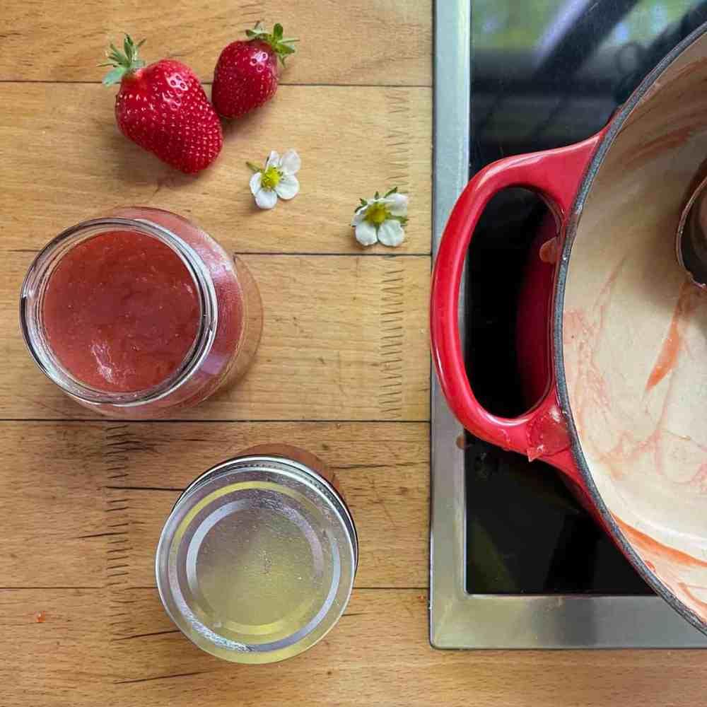Erdbeer-Rhabarber Konfitüre in Schraubgläser umfüllen.
