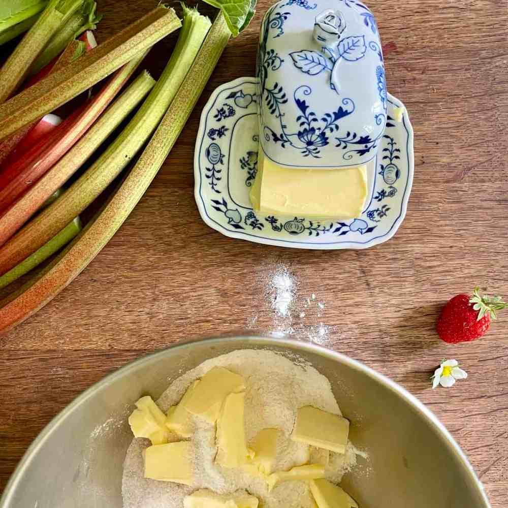 Die kalte Butter in Stücken dazugeben.