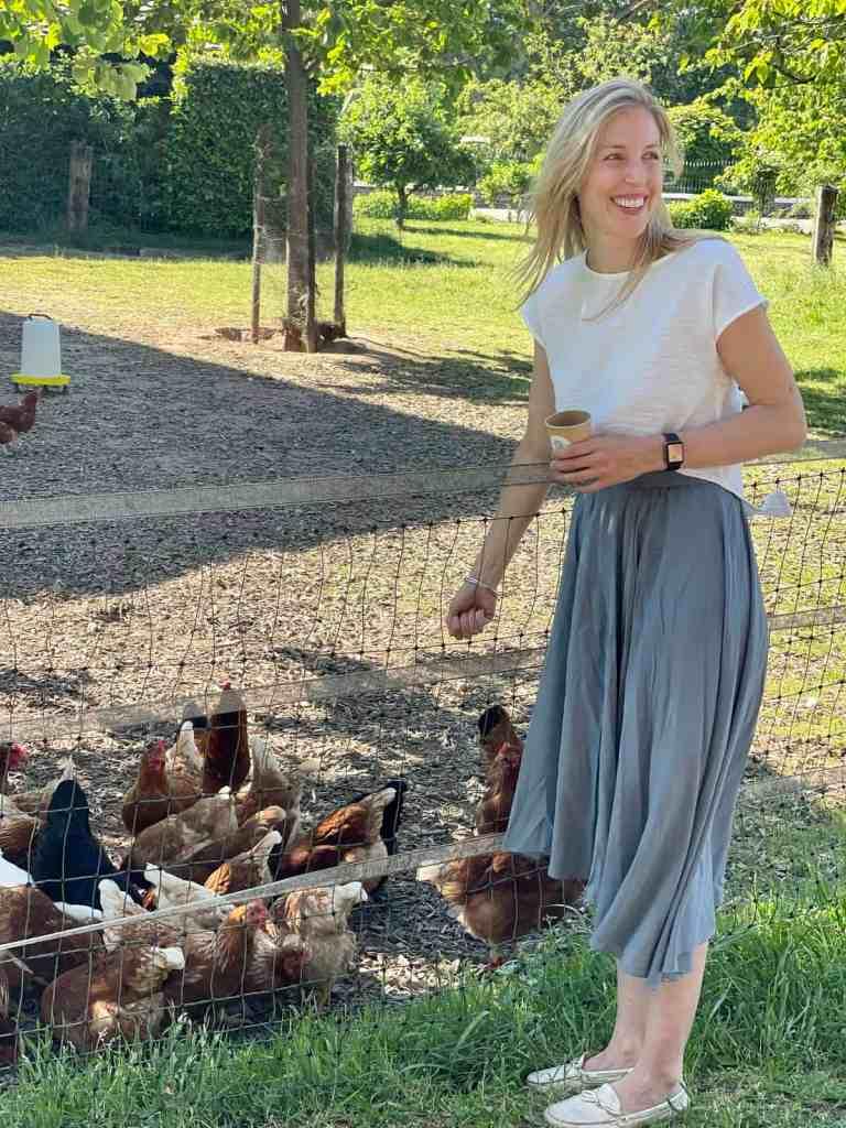 Beim Hühner füttern.