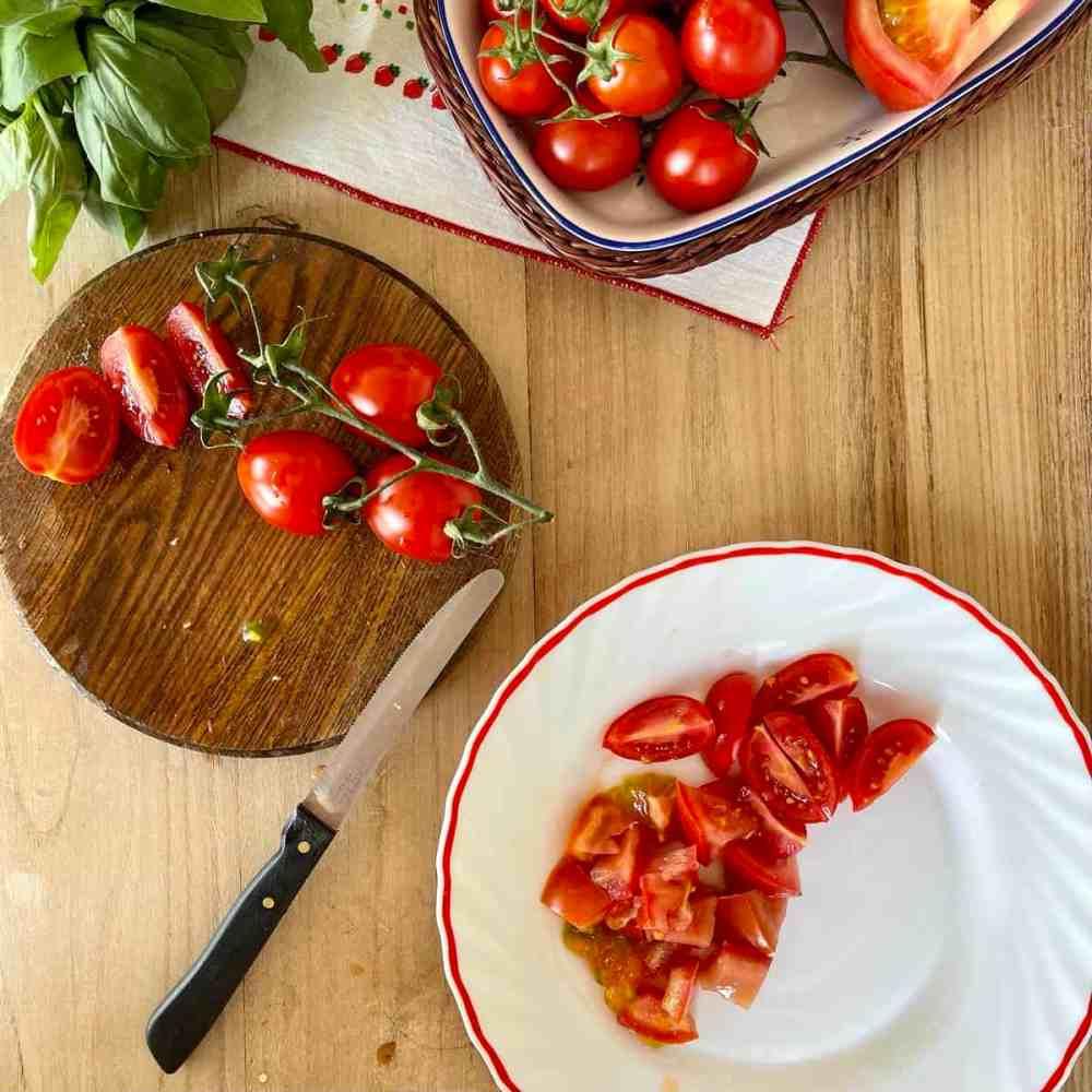 Tomaten in kleine Stücke schneiden.