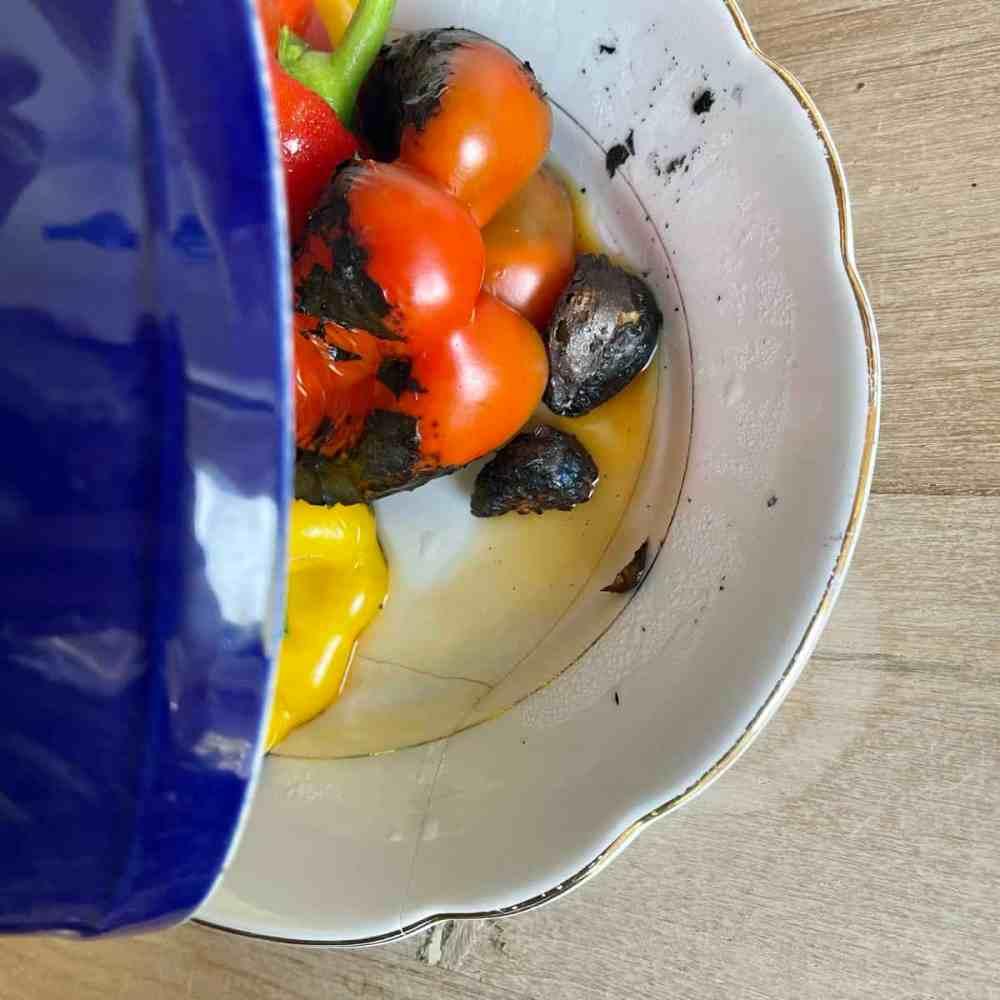 Die Paprika und den Knoblauch  mit einem Teller zudecken.