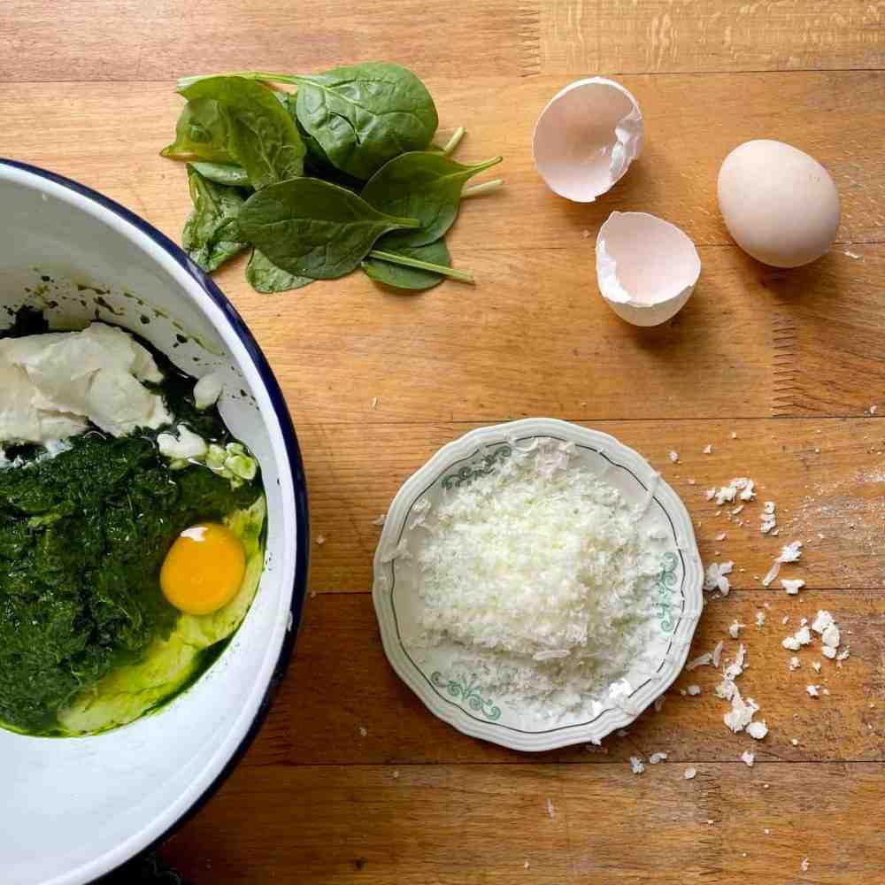 Spinat, Ei, Käse, Quark und Gewürze vermischen.