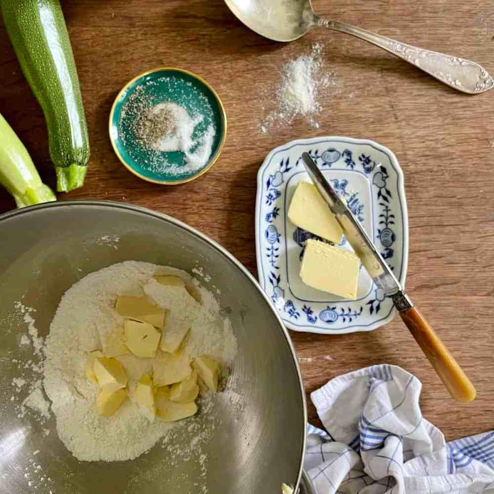 Gebe die kalte Butter in kleinen Stücken dazu.