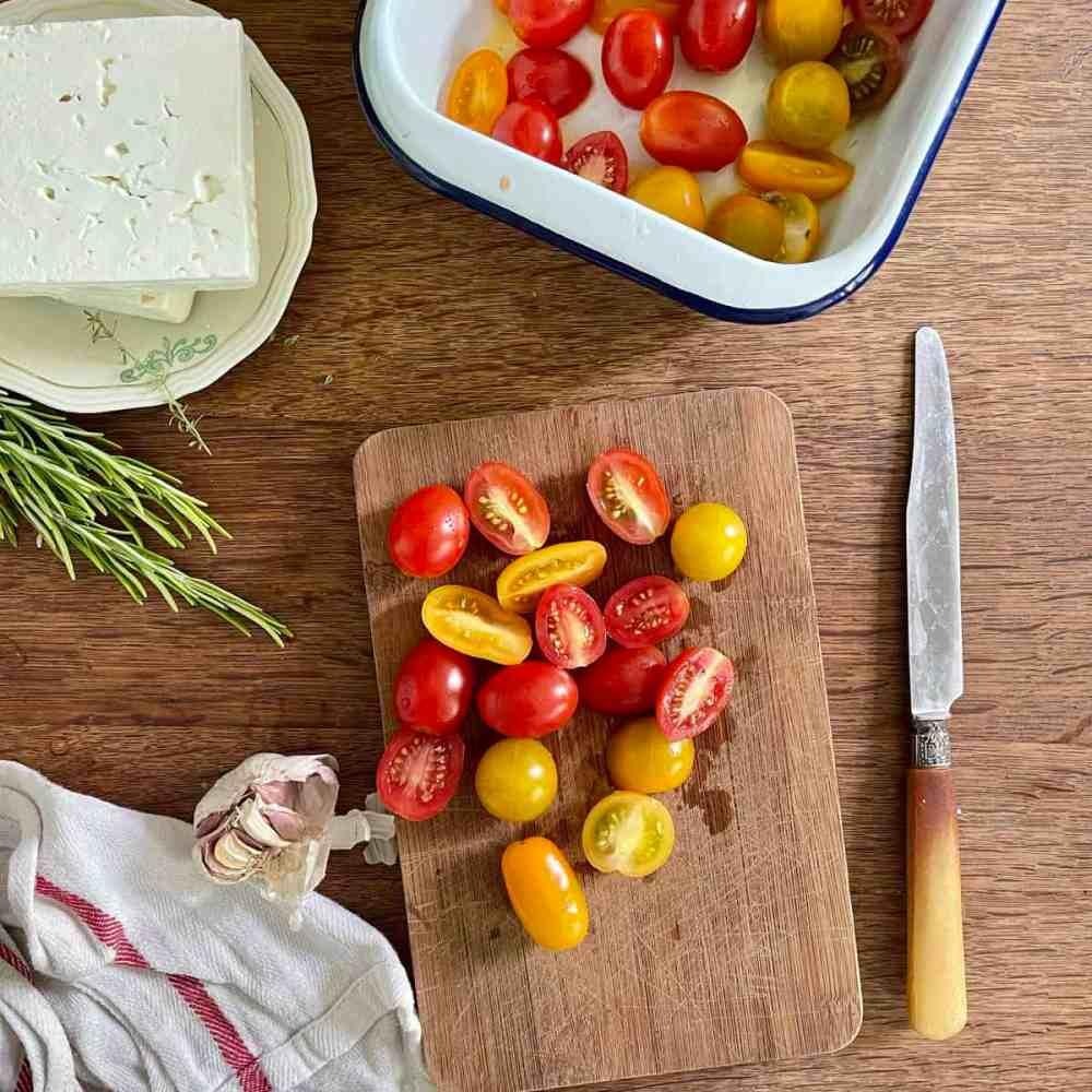Die Hälfte der Tomaten halbieren.