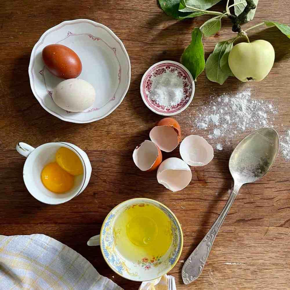 In der Zwischenzeit die Eier trennen.