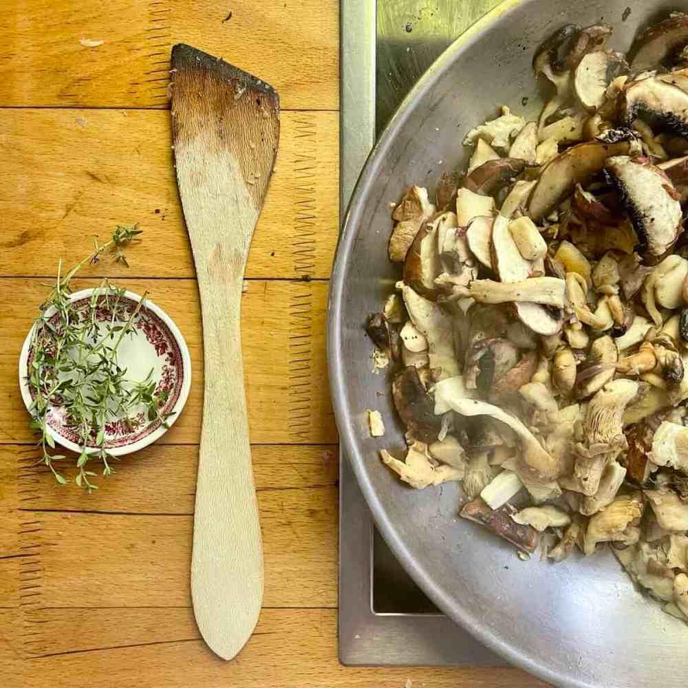 Pilzen ca. 5 Minuten dünsten.